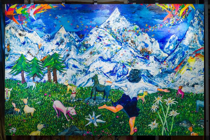 《スイスの山々》 弓指寛治, パネルに貼った新聞紙 アクリル 油彩, 撮影 : 水津拓海