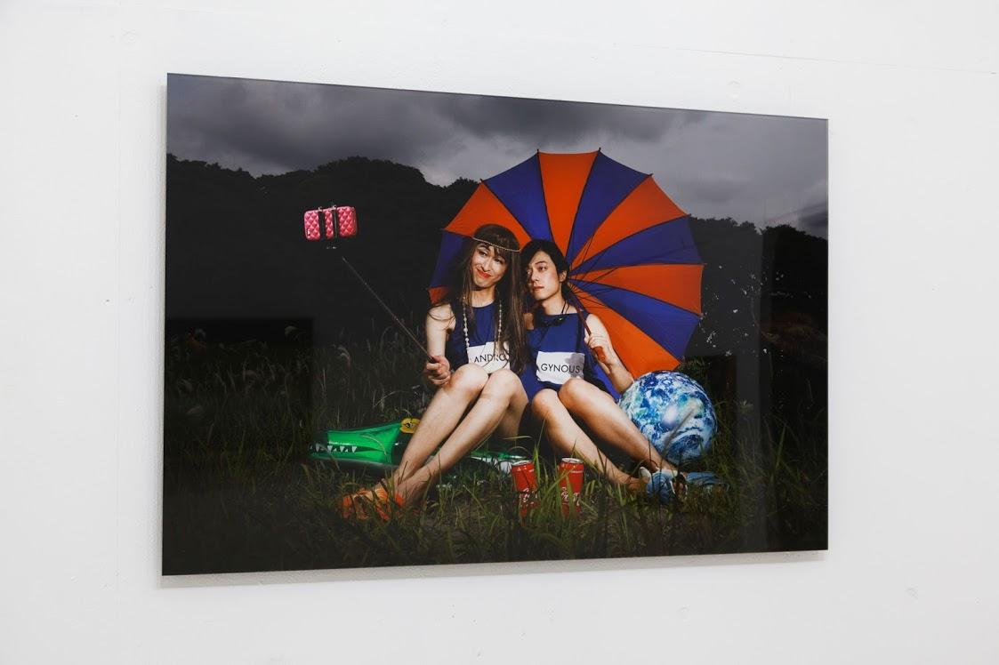 《ANDRO & GYNOUS》FABULOUZ(佐久間洸+間庭裕基), インクジェットプリントにアクリルマウント, 600×900 mm, 2018