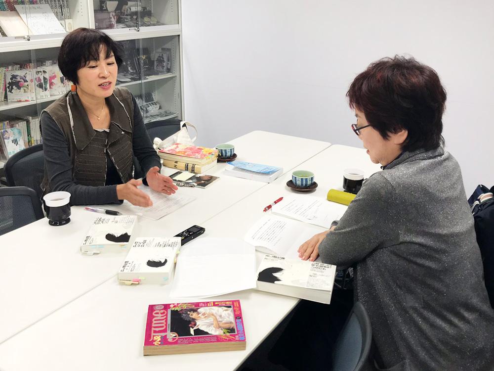 溝口彰子さん(左)と、柿沼瑛子さん(右)が初対談。太田出版会議室にてBLトークがスタート!