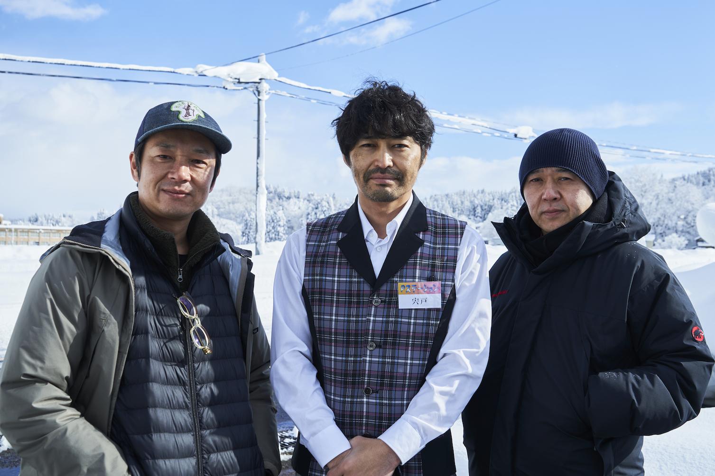 『愛しのアイリーン』撮影現場にて、左から吉田恵輔、安田顕、新井英樹。