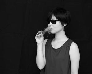"""""""吸わない人とも一緒に過ごせる時間をくれる。それがVAPE"""" ――naohiga(イラストレーター)"""
