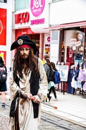 PENICILLINのHAKUEI 海賊風コスプレで原宿に登場し騒然