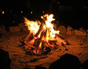 「水と塩」「たき火」 使ってみると楽しい驚きの自家発電アイテム