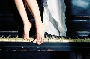 渋谷慶一郎の11年ぶりピアノ・ソロアルバム 草なぎ剛新作映画サントラを再構成