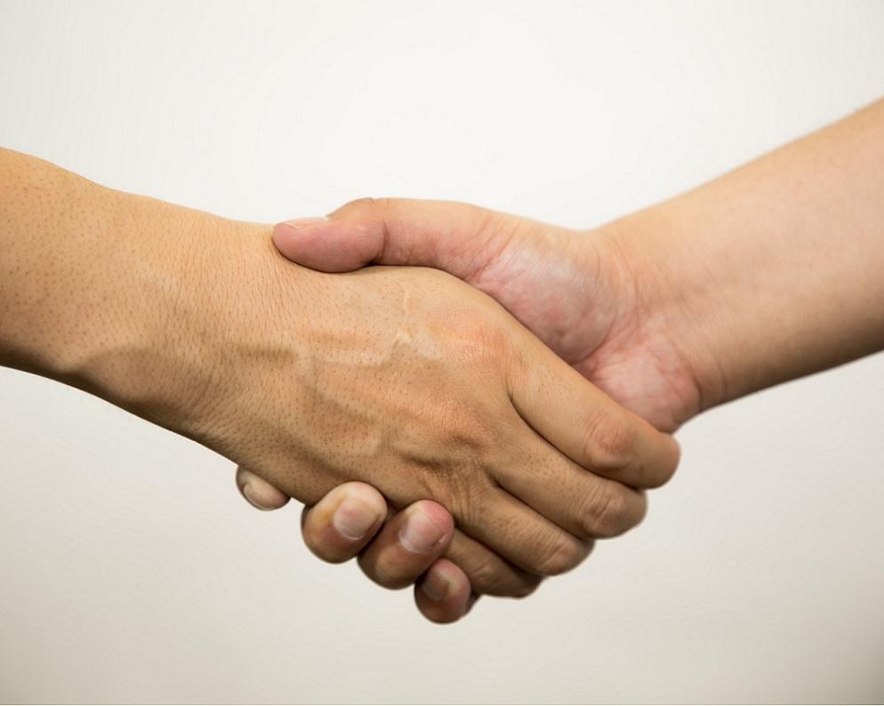 危ないファンに握手を求められたら?